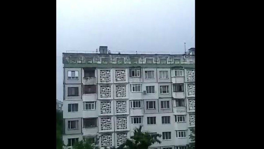 Foto: Video. Câțiva copii au fost surprinși în timp ce se jucau pe acoperișul unui bloc cu opt etaje din Capitală