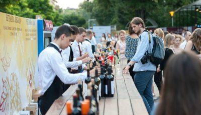 """Vinurile din soiuri autohtone au cucerit centrul Capitalei la ,,O seară Fetească""""!"""