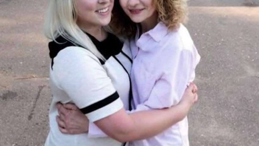 Foto: O tânără și-a căutat sora timp de 20 de ani pentru a o găsi în casa de alături