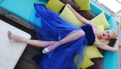 Un look extravagant, cu o notă de romantism pentru Alexandra Shine
