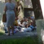 Foto: Rușinos! O femeie din Capitală a fost surprinsă în timp ce aruncă punga cu gunoi pe stradă