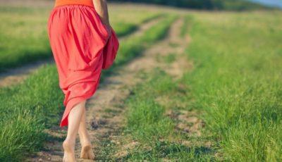 Beneficiile mersului cu picioarele goale pentru sănătate
