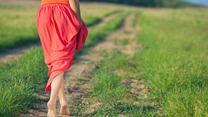 Foto: Beneficiile mersului cu picioarele goale pentru sănătate