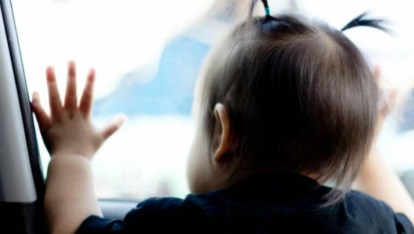 Foto: Un copil de un an a fost lăsat singur în mașină. Părinții erau la plajă