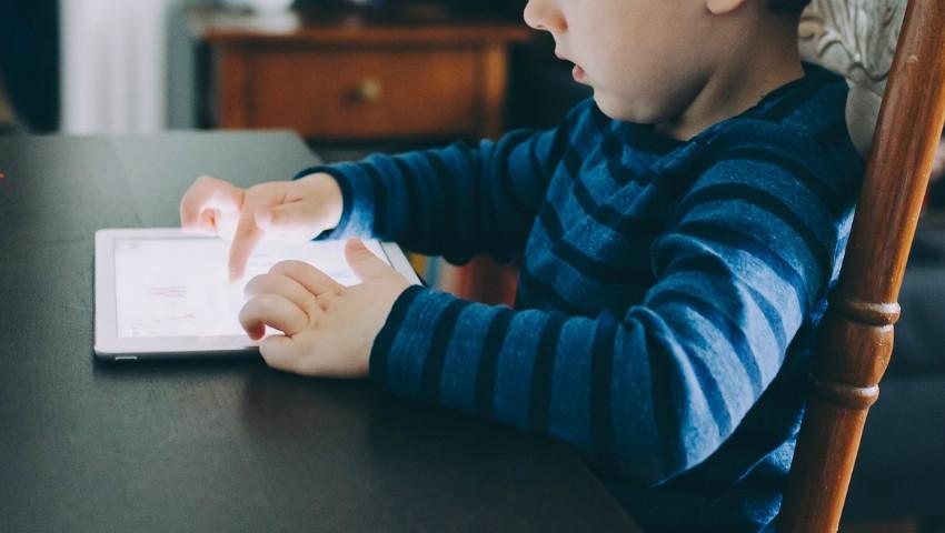 Foto: O elevă de 12 ani a creat o aplicație prin care copiii rătăciți pot să ajungă acasă