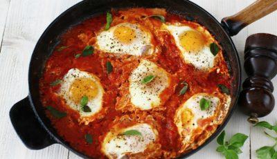 Ouă cu ardei și roșii – o rețetă rapidă pe care o poți găti în acest sezon