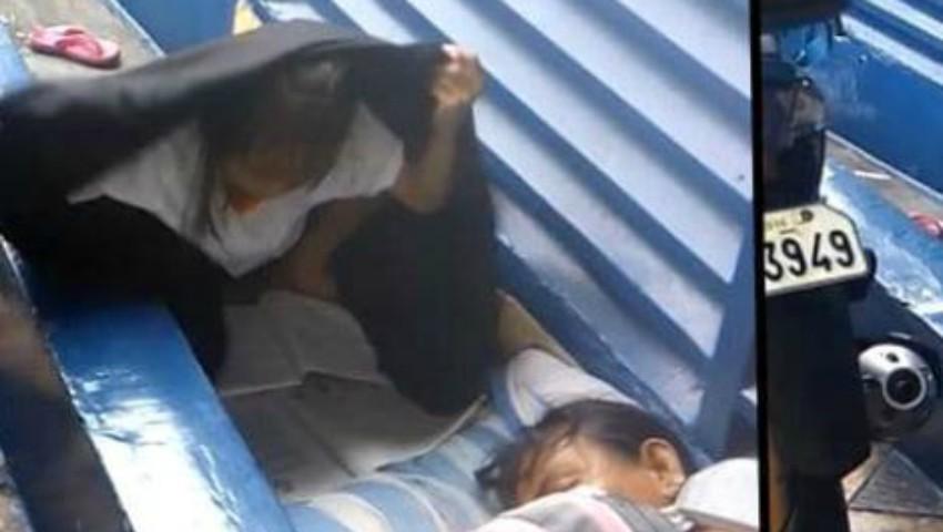 Foto: O fetiță a fost surprinsă în timp ce încerca să își facă temele în ploaie, sub o pătură