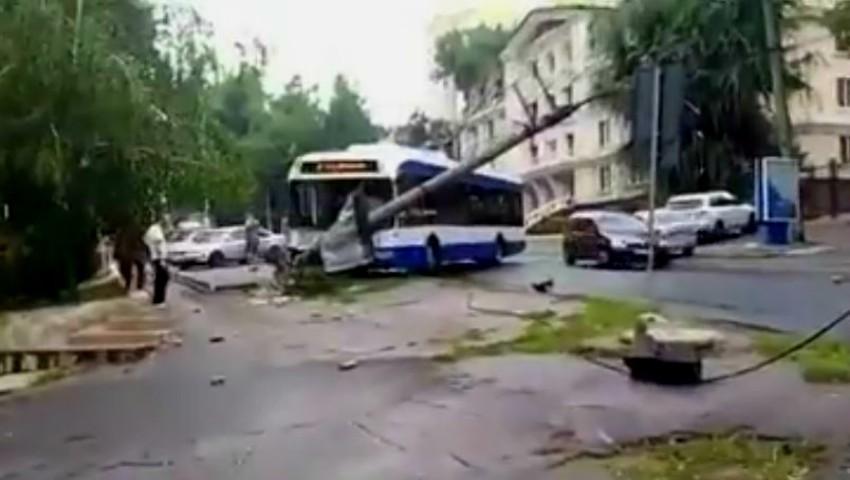 Foto: Video. Accident cu implicarea unui troleibuz pe o stradă din Capitală