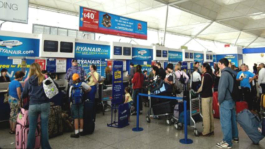 Foto: 120 de moldoveni, printre care multe mame cu copii, au stat în jur de 20 de ore în aeroportul din Londra