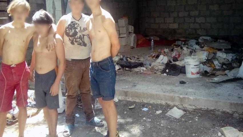 Foto: Mai mulți copii ai străzii și-au improvizat un loc de trai într-un depozit de deșeuri