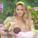 Foto: Modelul Chrissy Teigen și-a arătat vergeturile care i-au apărut după naștere
