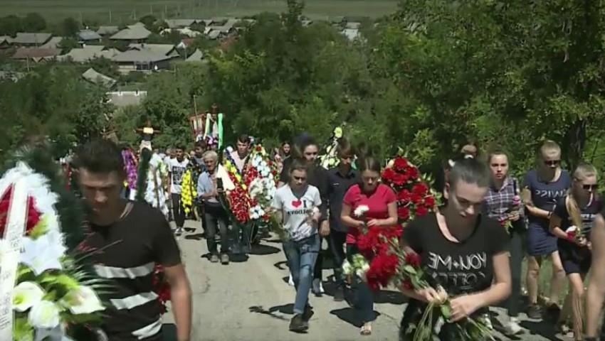 Foto: Lacrimi și durere la Căușeni. Victimele accidentului din Kaluga au fost conduse pe ultimul drum