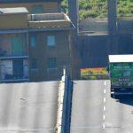 Foto: Șoferul camionului oprit la doar câțiva metri de prăpastie se află în stare de șoc