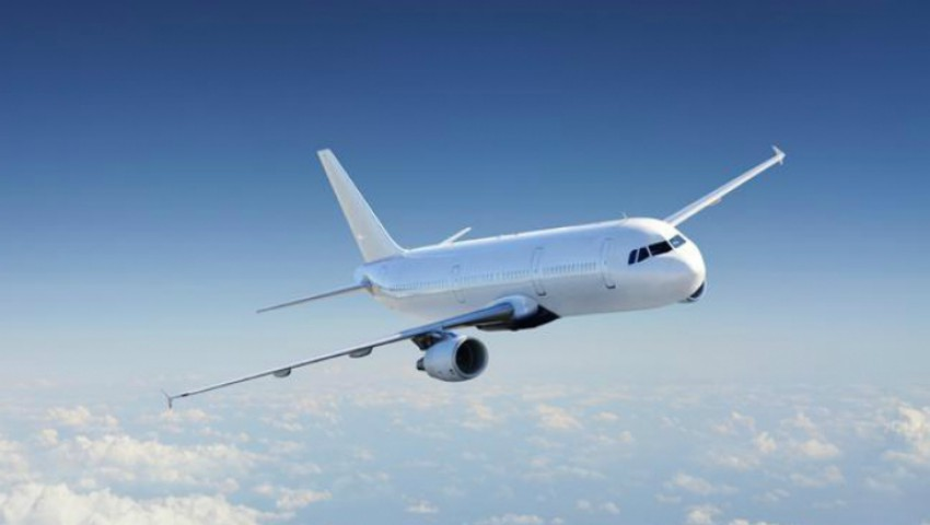 Foto: Un avion plin cu moldoveni a aterizat de urgență, după ce parbrizul a crăpat