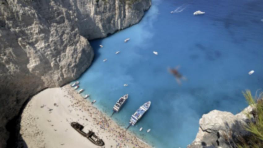 Foto: Video îngrozitor! O stâncă s-a prăbuşit peste mai mulți turiști pe o plajă din Grecia