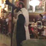 Foto: Imagini șocante în timpul unui botez! Vezi ce-i face un preot unui bebeluș de numai câteva săptămâni