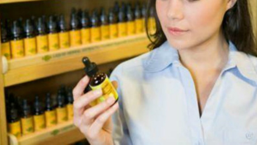 Foto: 5 remedii ieftine din farmacie care te ajută să reduci instant pungile de sub ochi și ridurile