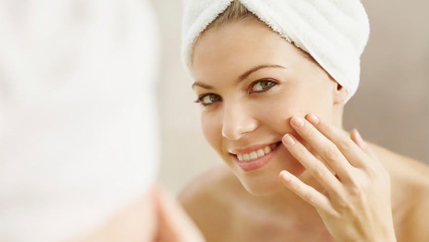 Foto: Produsul care îndepărtează machiajul și asigură o curățare profundă, lăsând pielea moale și catifelată!