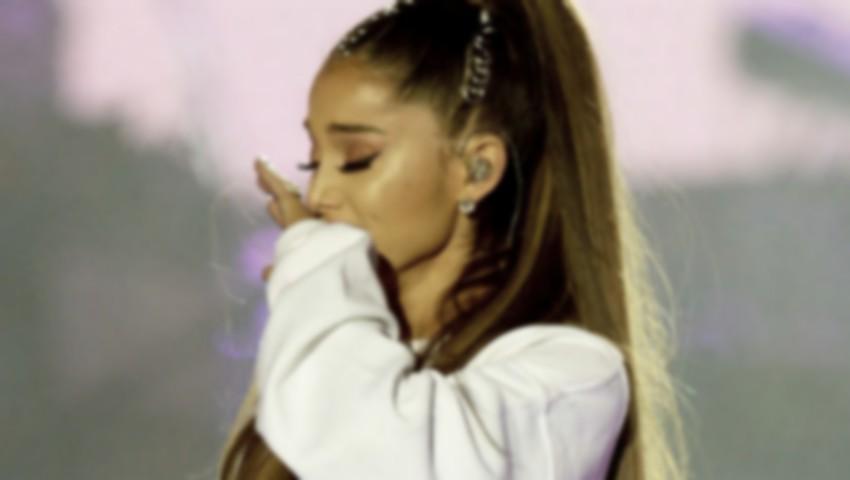 Foto: Ariana Grande a fost pipăită de un pastor la înmormântarea Arethei Franklin. Imaginile au revoltat internauții