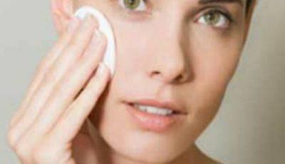 4 greșeli în îngrijirea tenului care agravează acneea