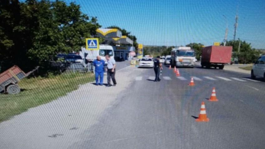 Foto: Accident cumplit la Bălți! O remorcă s-a desprins de la o mașină și a lovit mortal o femeie care stătea pe marginea drumului