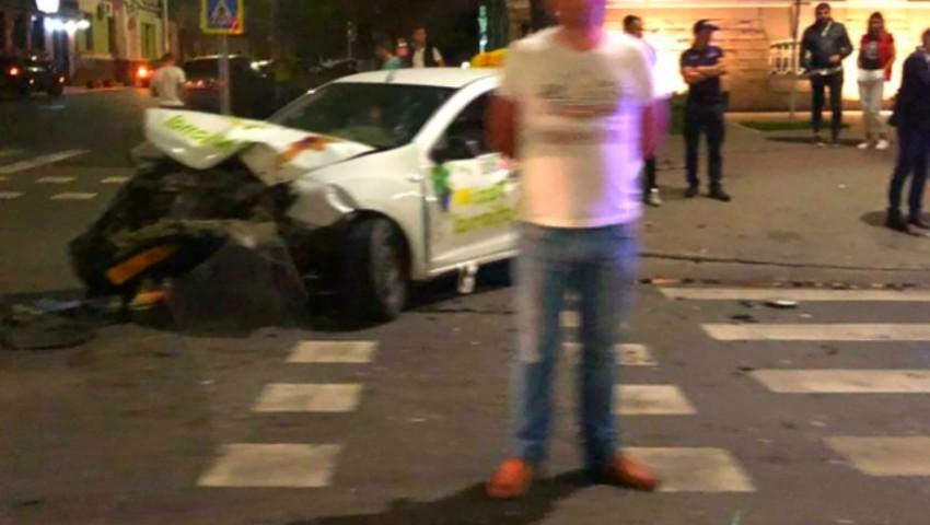 Foto: Accident grav în centrul Capitalei, cu implicarea unei mașini de taxi. Foto