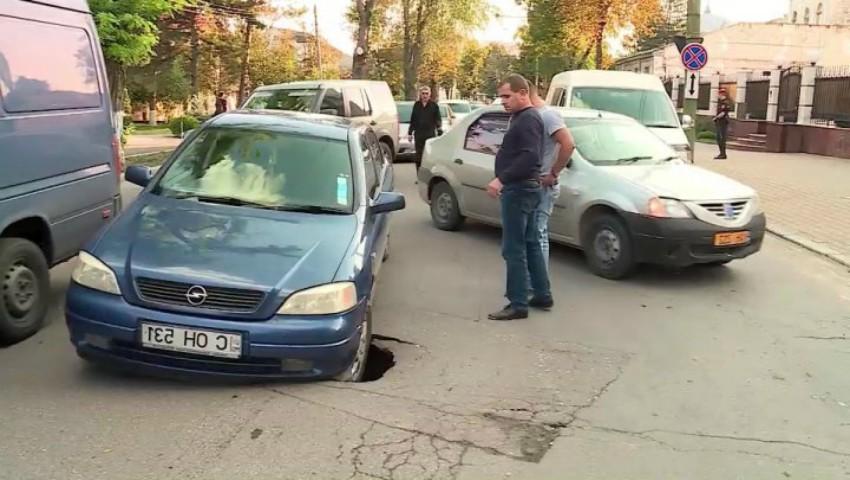 Foto: Mai mulţi şoferi au ajuns, astăzi, cu maşina într-o groapă apărută din senin în centrul Capitalei