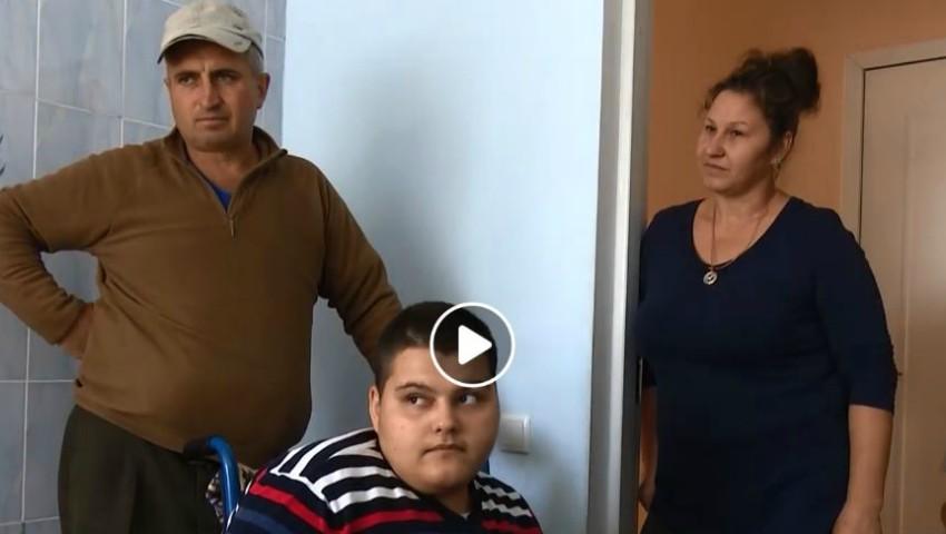 Foto: O familie cu trei copii vă cere ajutor! Tatăl a fost diagnosticat cu cancer, iar feciorul de 17 ani este țintuit într-un scaun cu rotile