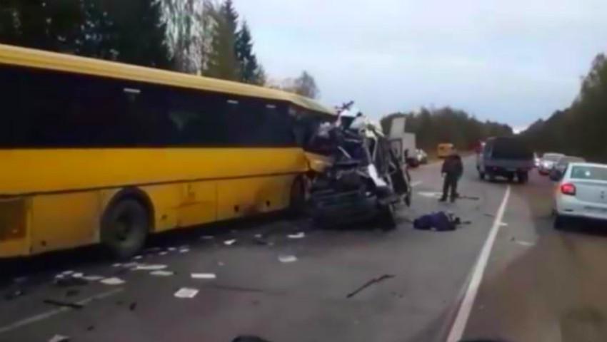 Foto: Accident sfâșietor în Rusia. 13 morți, după ce un microbuz a intrat în coliziune cu un autobuz de linie