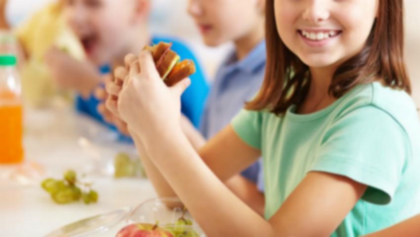 Alimentația copiilor din școli și grădinițe: autoritățile pregătesc introducerea serviciului de catering