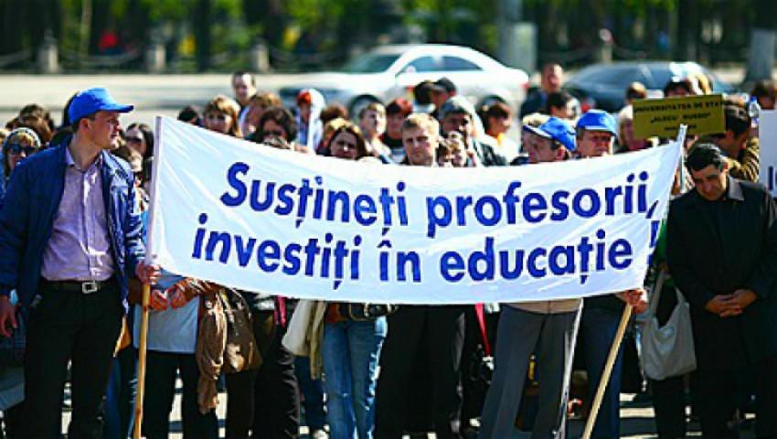"""Foto: """"Profesor, nu cerșetor""""! Un grup de pedagogi au ieșit la protest de ziua lor"""