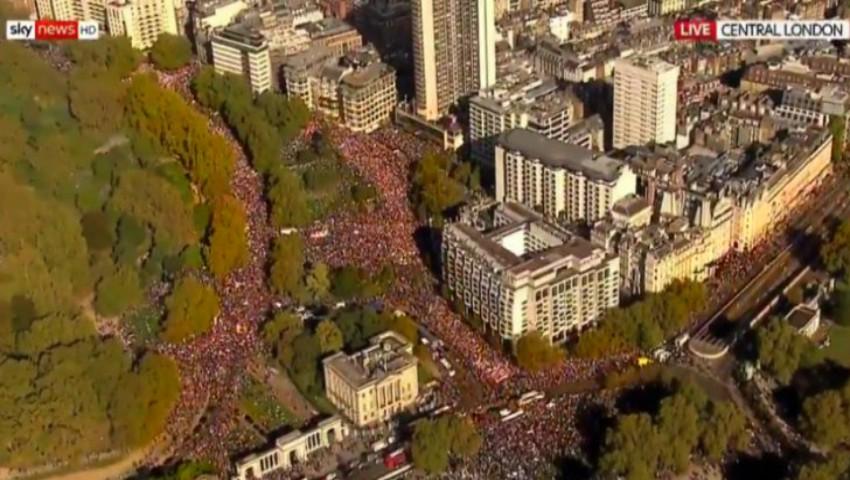 Foto: Manifestație uriaşă la Londra. O jumătate de milion de britanici au ieşit pe străzi, cerând încă un referendum pe Brexit