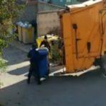 """Foto: ,,Sortarea gunoiului"""" în capitală. Video-ul care i-a înfuriat pe internauți"""