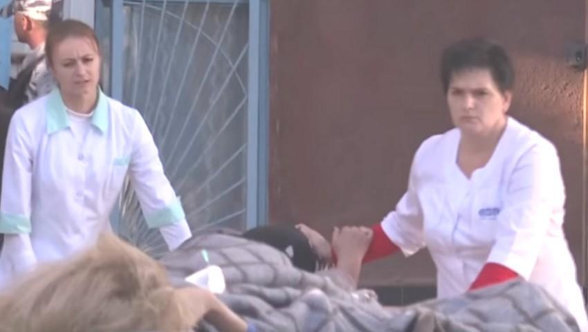 Foto: Tragedia din Crimeea: O asistentă medicală care ajuta victimele a încercat să se sinucidă, după ce a aflat că vinovatul este fiul ei