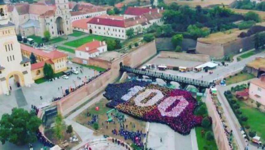 Foto: În Anul Centenarului, Alba Iulia a intrat în Guinness World Record pentru cea mai mare hartă a unei ţări formată din oameni!