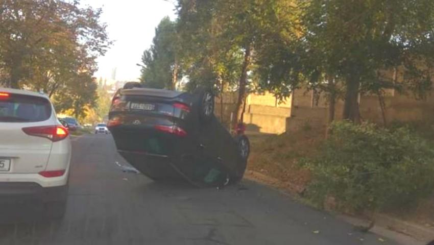 Foto: O șoferiță s-a răsturnat cu mașina, în sectorul Botanica