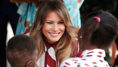 Melania Trump criticată dur pentru ținutele ei! Aceasta a purtat o rochie în valoare de peste 2000 de euro în vizită la copiii săraci din Ghana