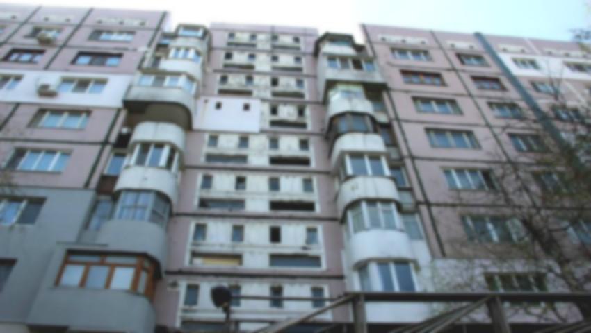 O tânără a căzut în gol, după ce a încercat să intre în casă prin balcon