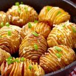 """Foto: O rețetă de sezon! Cartofi """"acordeon"""" cu cașcaval"""