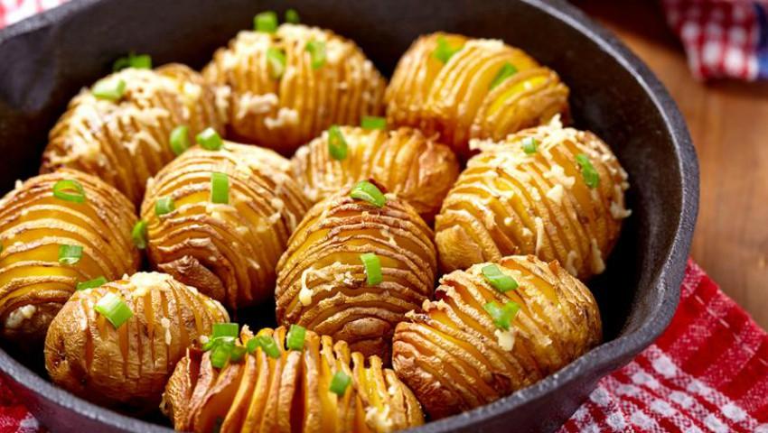 """O rețetă de sezon! Cartofi """"acordeon"""" cu cașcaval"""