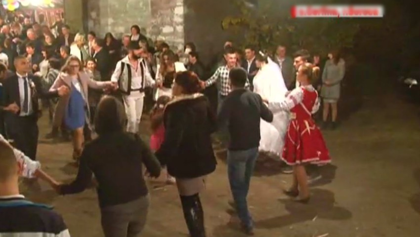 Un cuplu din Soroca a jucat nunta ca pe timpuri, într-un cort amenajat cu prosoape și covoare