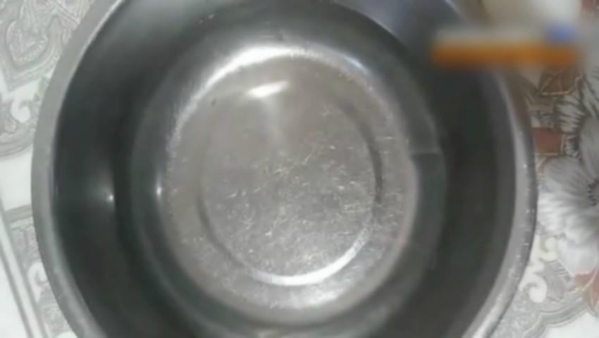 Foto: Viermi în apa de la robinet. O moldoveancă indignată a postat imaginile video pe o rețea de socializare