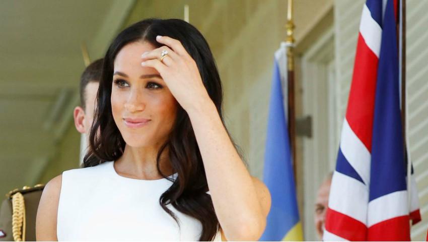 Apariție de senzație în turneul din Australia! Meghan Markle și-a pus în evidență sarcina, într-o rochie mulată de culoare albă
