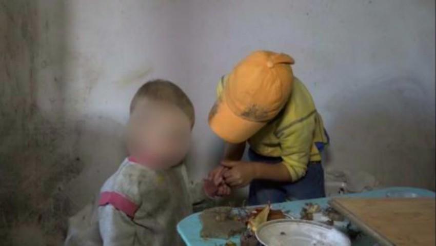 Foto: O fetiță de 6 ani este și soră, și mamă pentru fratele ei de 2 ani. Ce viață au acești copii!