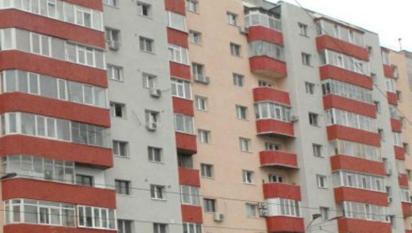 Foto: Pereți crăpați după cutremur, într-un bloc din Capitală