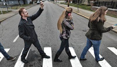 Amenzi pentru pietonii care vorbesc la telefon în timp ce traversează strada