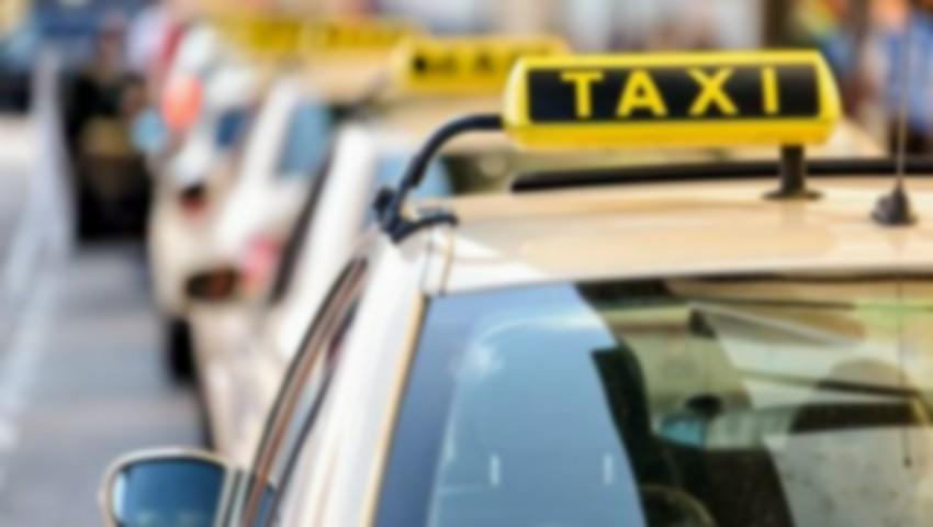 Foto: Un șofer de taxi din Capitală, prins în stare de ebrietate la volan în timp ce transporta pasageri