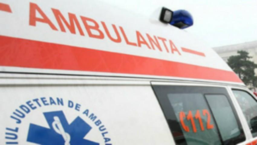 Foto: Accident grav cu implicarea unei ambulanțe: doi medici au avut nevoie de îngrijiri medicale, iar un șofer a ajuns la reanimare