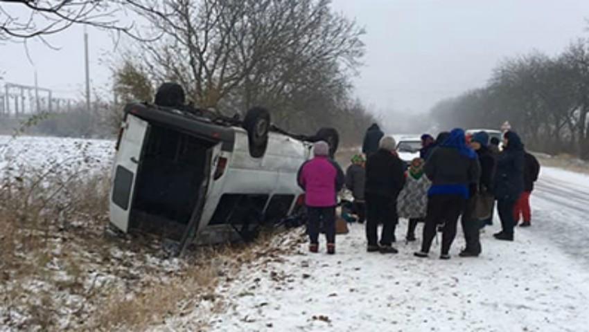 Foto: Trei microbuze cu pasageri s-au răsturnat, astăzi, din cauza ninsorii abundente