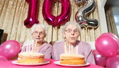 Cele mai în vârstă gemene din Marea Britanie au împlinit 102 ani. Poze de la sarbatoare